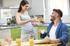 Jeune petit déjeuner de portion d'épouse Image libre de droits