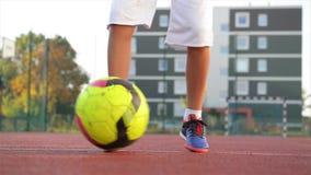 Jeune petit garçon jouant dans le domaine avec du ballon de football Concept de sport clips vidéos