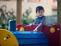 Jeune petite fille ayant l'amusement dans le stationnement Image stock