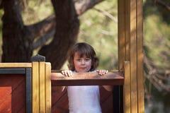 Jeune petite fille ayant l'amusement dans le stationnement Images libres de droits