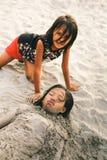 Jeune petite fille deux sur la plage couverte de sable Photos stock