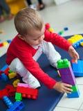 Jeune petite fille jouant avec des jouets Photos stock