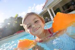 Jeune petite fille jouant dans la piscine Images libres de droits
