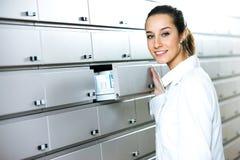 Jeune pharmacien féminin Images stock
