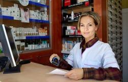 Jeune pharmacien féminin tenant la prescription images stock