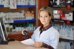 Jeune pharmacien féminin tenant la prescription photos libres de droits