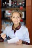 Jeune pharmacien féminin tenant la prescription images libres de droits