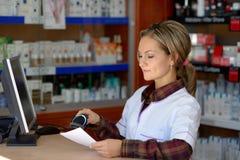 Jeune pharmacien féminin tenant la prescription image stock