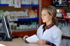 Jeune pharmacien féminin tenant la prescription photographie stock
