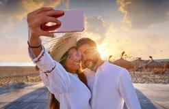 Jeune photo de selfie de couples dans des vacances de plage Photos libres de droits