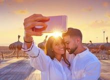 Jeune photo de selfie de couples dans des vacances de plage Photographie stock