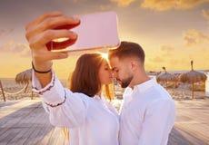 Jeune photo de selfie de couples dans des vacances de plage Photos stock