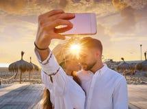 Jeune photo de selfie de couples dans des vacances de plage Photo libre de droits