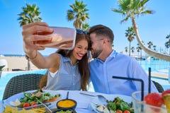 Jeune photo de smartphone de selfie de couples Photographie stock libre de droits