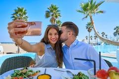 Jeune photo de smartphone de selfie de couples Image stock