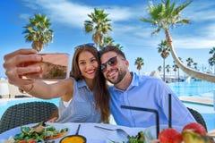 Jeune photo de smartphone de selfie de couples Photo libre de droits