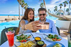 Jeune photo de smartphone de selfie de couples Photographie stock