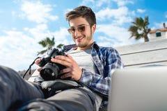 Jeune photographe avec l'appareil-photo d'ordinateur portable et de photo photo stock