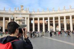 Jeune photographe dans le saint Peter Square dans le whi de Ville du Vatican photo stock