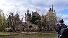 Jeune photographe photographiant le château de Vajdahunyad images stock