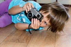 Jeune photographe regardant l'appareil-photo Image stock