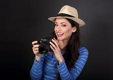 Jeune photographie professionnelle femelle enthousiaste dans le holdi de chapeau d'été Images libres de droits