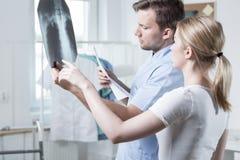 Jeune physiothérapeute au travail images libres de droits