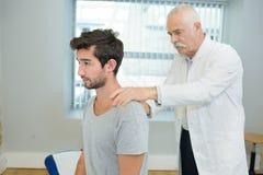 Jeune physiothérapeute de visite patient photo libre de droits