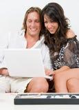 Jeune pièce de couples avec l'ordinateur portatif Photos libres de droits