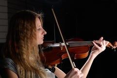 Jeune pièce femelle sur le violon photo libre de droits