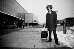Jeune pilote avec des bagages dans l'aéroport de Kastrup Photos stock