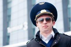 Jeune pilote dans l'aéroport de Kastrup Images stock