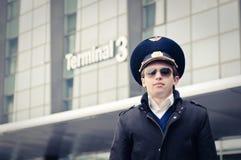 Jeune pilote dans l'aéroport de Kastrup contre le Th terminal Photographie stock