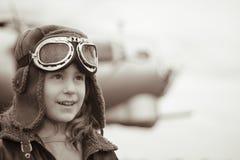 Jeune pilote féminin examinant la distance Image libre de droits