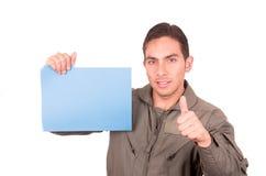 Jeune pilote masculin beau portant l'uniforme vert Photographie stock libre de droits