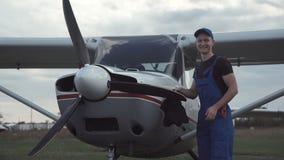 Jeune pilote ou mécanicien travaillant à un avion clips vidéos