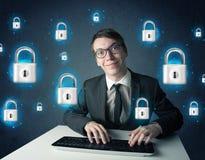 Jeune pirate informatique avec des symboles et des icônes virtuels de serrure Photos stock