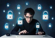 Jeune pirate informatique avec des symboles et des icônes virtuels de serrure Photographie stock libre de droits