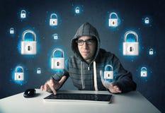 Jeune pirate informatique avec des symboles et des icônes virtuels de serrure Photographie stock