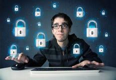 Jeune pirate informatique avec des symboles et des icônes virtuels de serrure Photo libre de droits