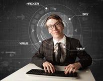 Jeune pirate informatique dans l'environnement futuriste entaillant l'informati personnel Image libre de droits