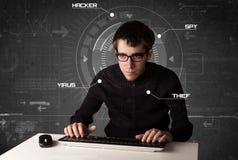 Jeune pirate informatique dans l'environnement futuriste entaillant l'informati personnel Photo libre de droits
