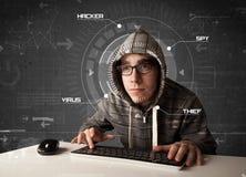 Jeune pirate informatique dans l'environnement futuriste entaillant l'informati personnel Images libres de droits
