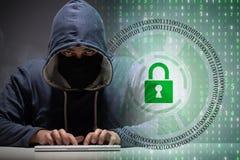 Jeune pirate informatique dans le concept cybersecurty images libres de droits