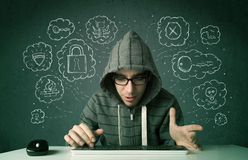 Jeune pirate informatique de ballot avec le virus et les pensées de entailler Photographie stock