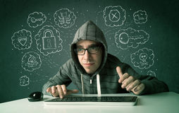 Jeune pirate informatique de ballot avec le virus et les pensées de entailler Image libre de droits