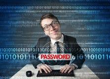 Jeune pirate informatique de connaisseur volant le mot de passe Photographie stock libre de droits