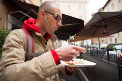 Jeune pizza mangeuse d'hommes photos stock