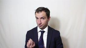 Jeune plaisanterie belle d'homme d'affaires, sélectionnant son nez clips vidéos