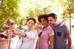 Jeune plan à trois posant pour un selfie Image stock